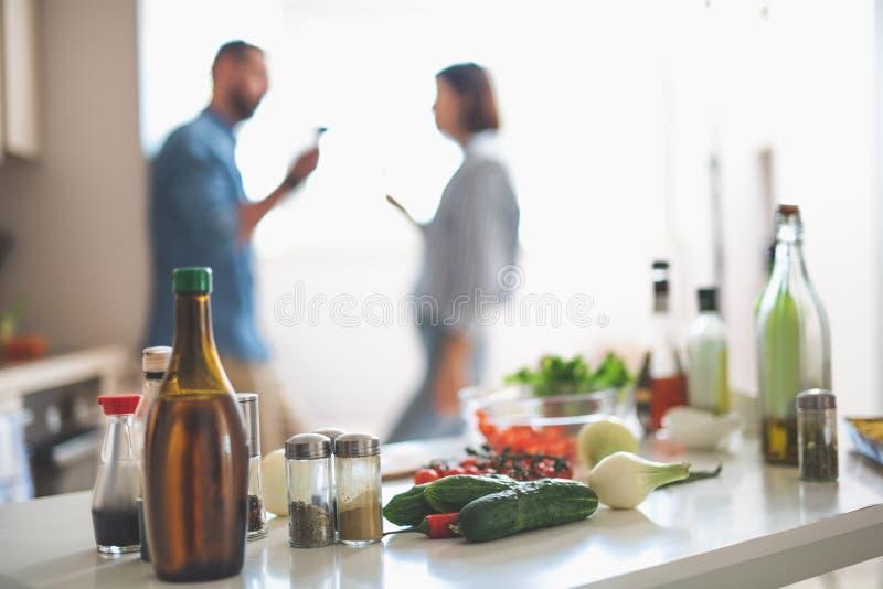 Bestandteile für das Kochen und Paare auf unscharfem Hintergrund stockbild