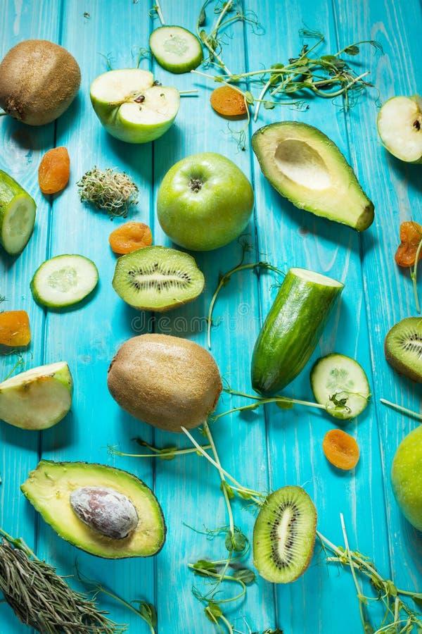 Bestandteile für das Kochen von Smoothie Organisches grünes Gemüse und Früchte auf Purplehearthintergrund stockfotografie