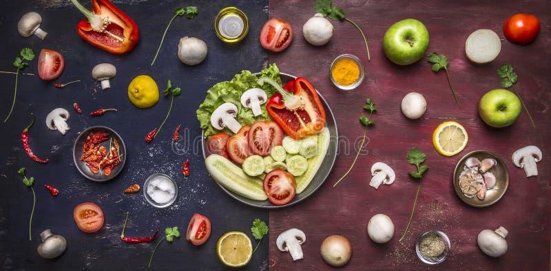 Bestandteile für das Kochen von Vielzahl des Fruchtgemüseapfels pfeffert die Pilze, die Ölsalz auf einer langen zweifarbigen Tabe stockfotos