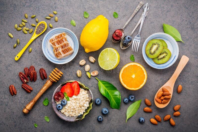 Bestandteile für den gesunden Nahrungsmittelhintergrund mischten Nüsse, Honig, lizenzfreie stockbilder