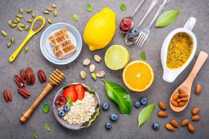 Bestandteile für den gesunden Nahrungsmittelhintergrund mischten Nüsse, Honig, lizenzfreie stockfotos