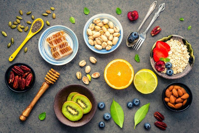 Bestandteile für den gesunden Nahrungsmittelhintergrund mischten Nüsse, Honig, stockfoto