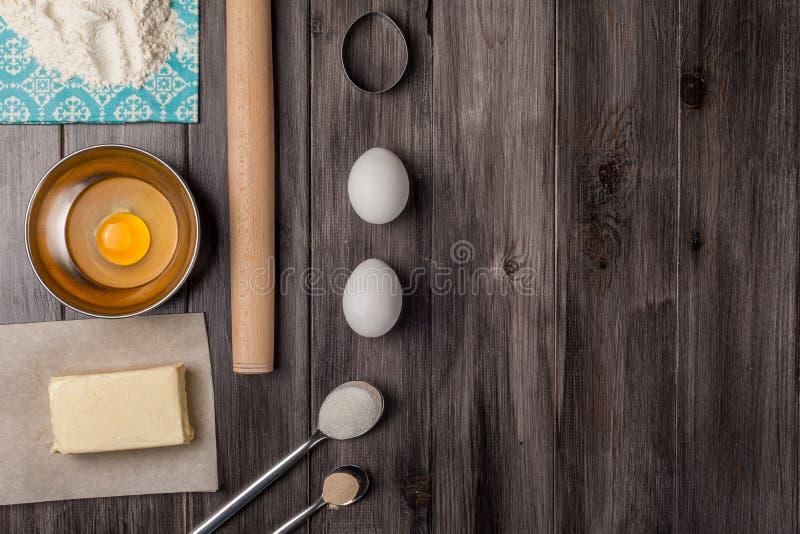 Bestandteile für den Teig und das Backen ostern stockbild