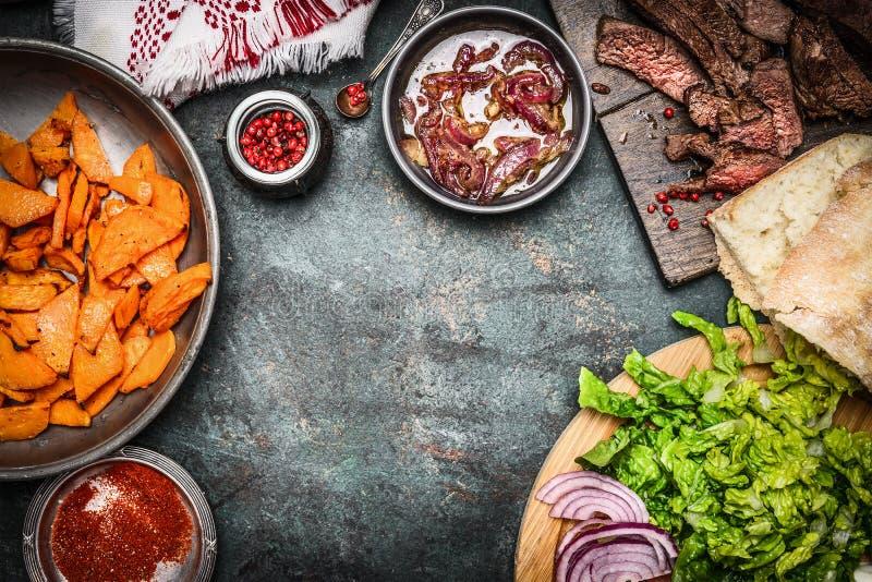 Bestandteile für die Burger- oder Sandwichherstellung: gebratenes Fleisch, Gemüse und Süßkartoffeln Rustikaler Hintergrund, Rahme lizenzfreie stockfotografie
