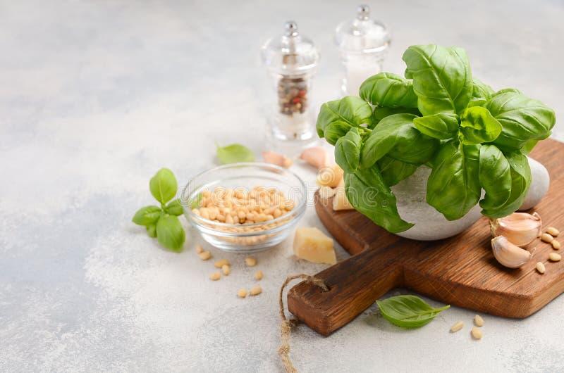 Bestandteile für die Herstellung der grünen Pestosoße Gesunde italienische Nahrung lizenzfreie stockfotografie