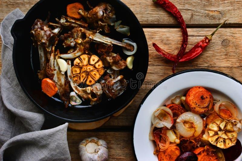 Bestandteile für die Suppe von den Knochen im Eisentopf stockfotos