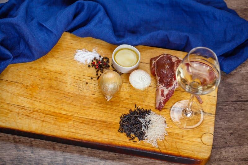 Bestandteile für die Vorbereitung des Lamms stockfoto