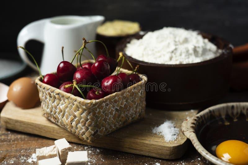 Bestandteile für eine Koka de Cireres, ein Kirschkuchen lizenzfreies stockbild