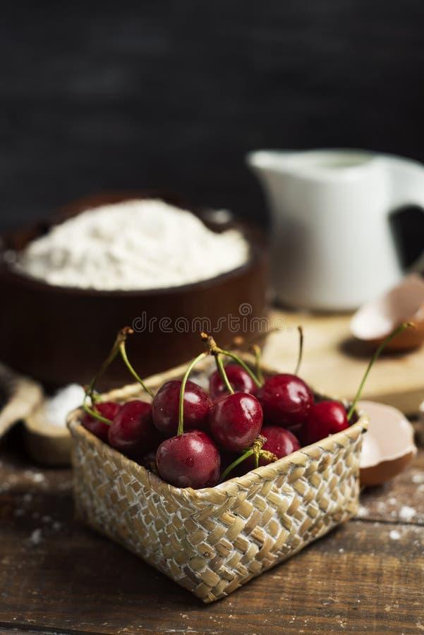 Bestandteile für eine Koka de Cireres, ein Kirschkuchen stockfotografie