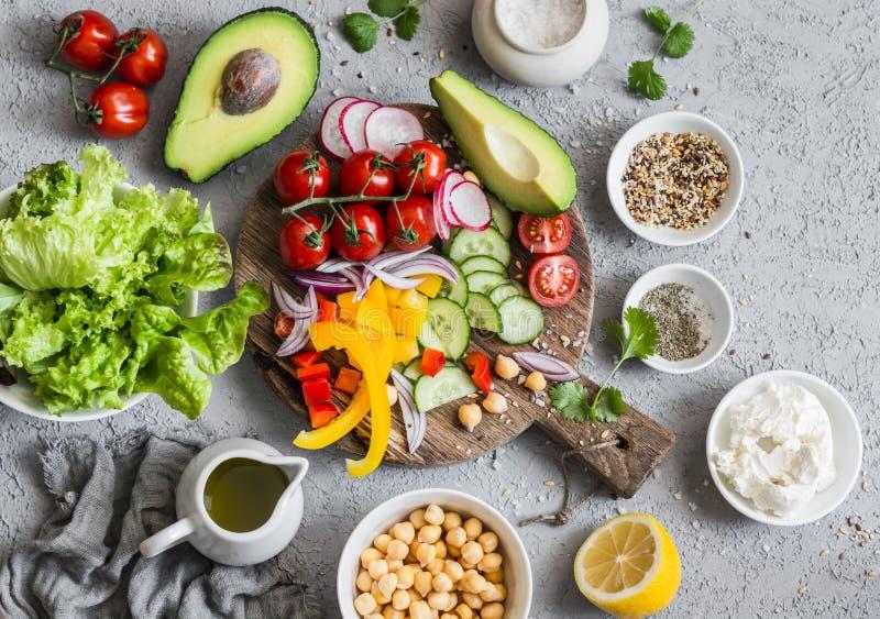 Bestandteile für Frühlingsgemüse-Buddha-Schüssel Köstliche gesunde Nahrung auf einem grauen Hintergrund lizenzfreie stockfotos