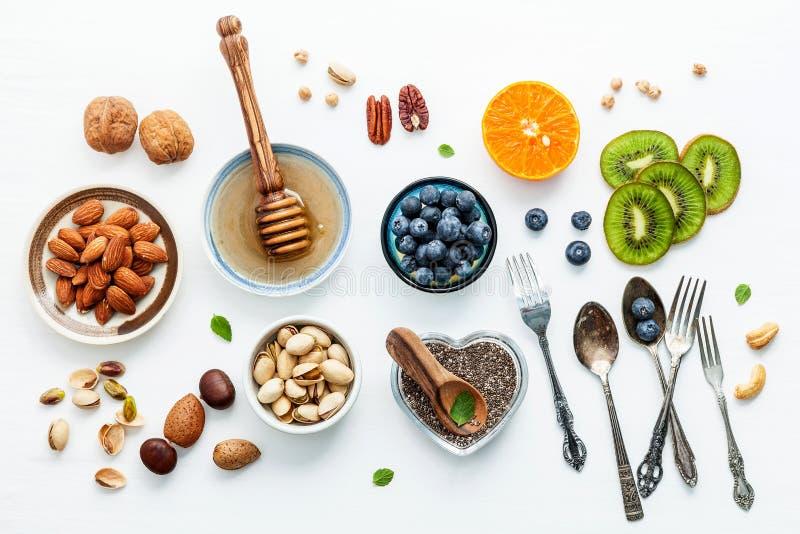 Bestandteile für gesunde Nahrungsmittel Hintergrund, Nüsse, Honig, Beeren lizenzfreie stockfotografie