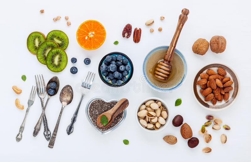 Bestandteile für gesunde Nahrungsmittel Hintergrund, Nüsse, Honig, Beeren stockfotografie