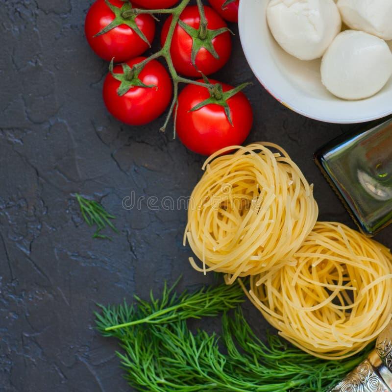 Bestandteile für italienisches Abendessen Olivenöl, Dill, Kirschtomaten stockbilder