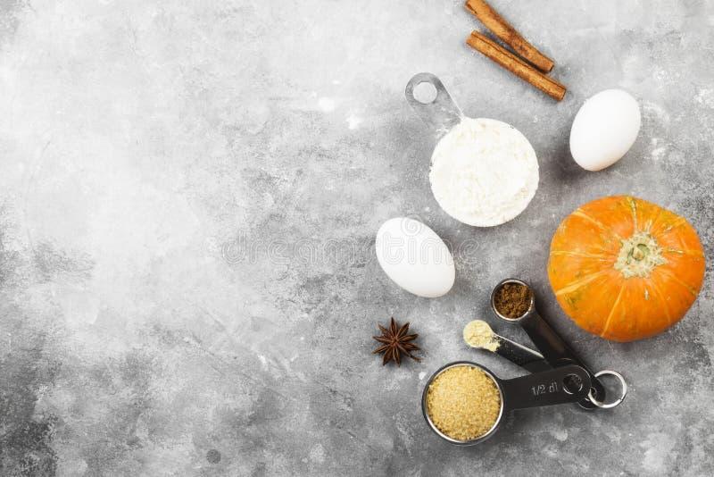 Bestandteile für Kürbiskuchen - Mehl, Kürbise, Eier, Rohrzucker, lizenzfreies stockbild