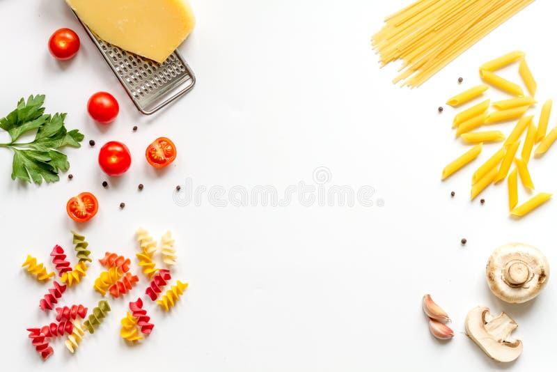 Bestandteile für oben kochen Draufsichtspott des Hintergrundes der Paste weißen stockfoto