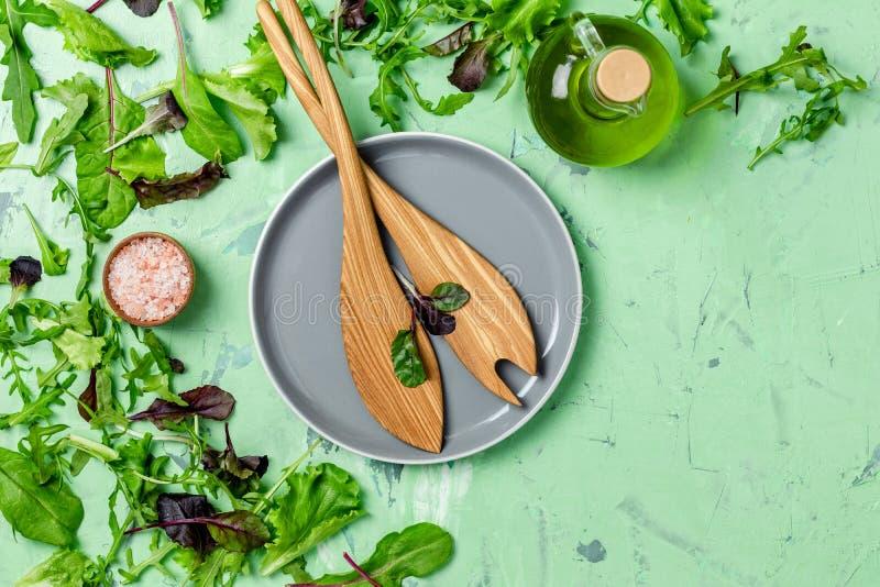 Bestandteile f?r Salat ?ber Frischbetonbeschaffenheitshintergrund stockbilder