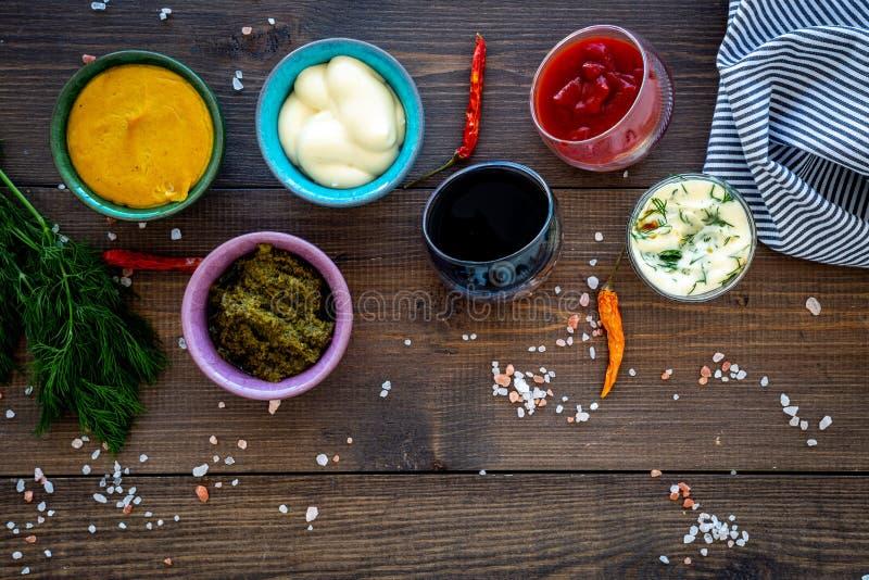 Bestandteile für Teller Bad sause, kleidend an Ketschup, Majonäse, Senf, Sojasoße, Barbecue-Soße, Pesto, Senf stockfotos