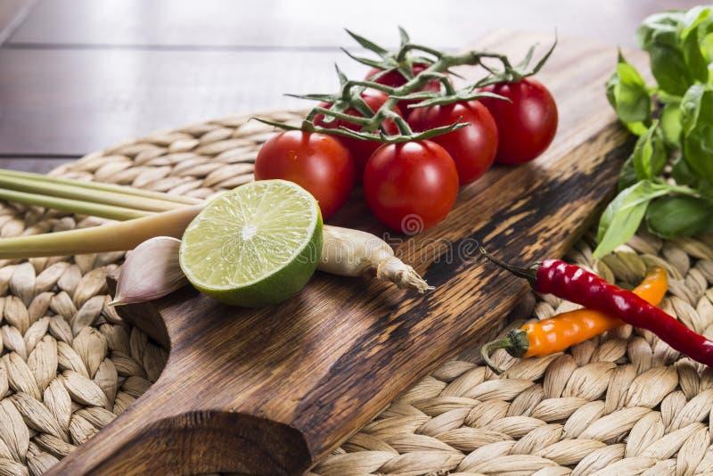 Bestandteile für thailändisches Lebensmittel, Lemongras, Ingwer, Knoblauch, Cocktail stockbild