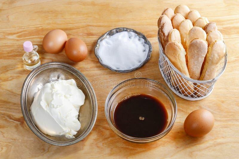 Bestandteile für Tiramisukuchen stockfotos