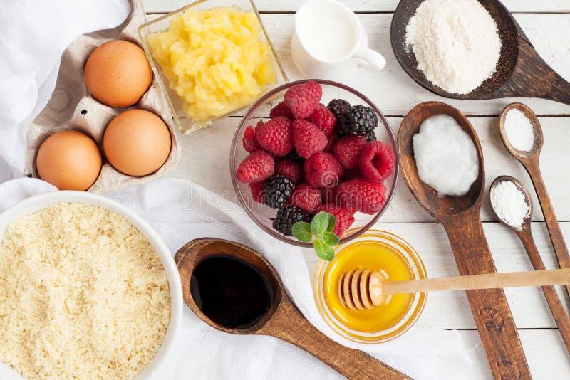 Bestandteile für vegetarische Muffins mit Beeren lizenzfreies stockfoto