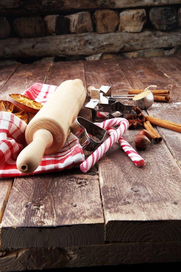 Bestandteile für Weihnachtsbäckerei - Gewürze, Nüsse, Plätzchen und sha stockbilder