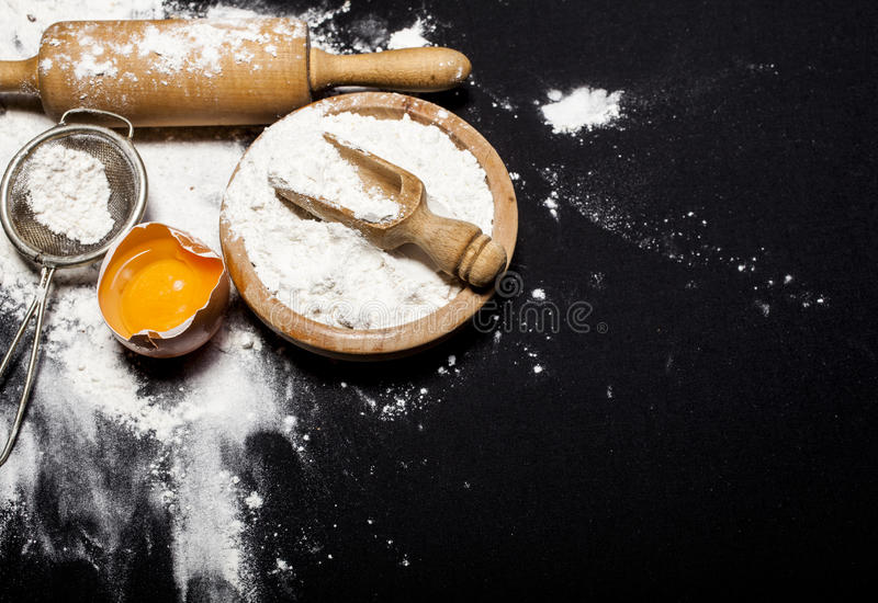 Bestandteile und Geräte für die Vorbereitung von Bäckereiprodukten lizenzfreie stockbilder