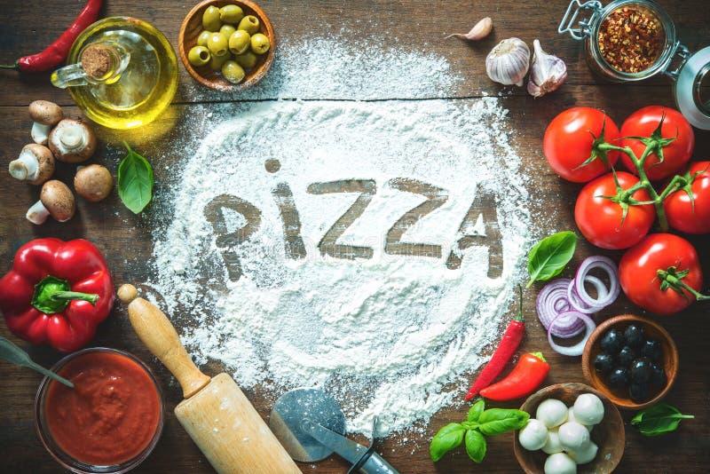 Bestandteile und Gewürze für die Herstellung der selbst gemachten Pizza lizenzfreies stockfoto