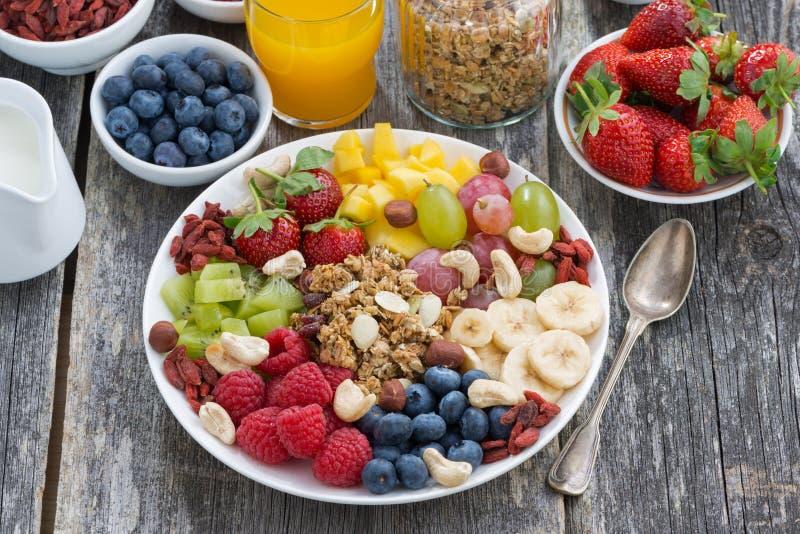 Bestandteile zum ein gesundes Frühstück - Beeren, Frucht und muesli stockfotos
