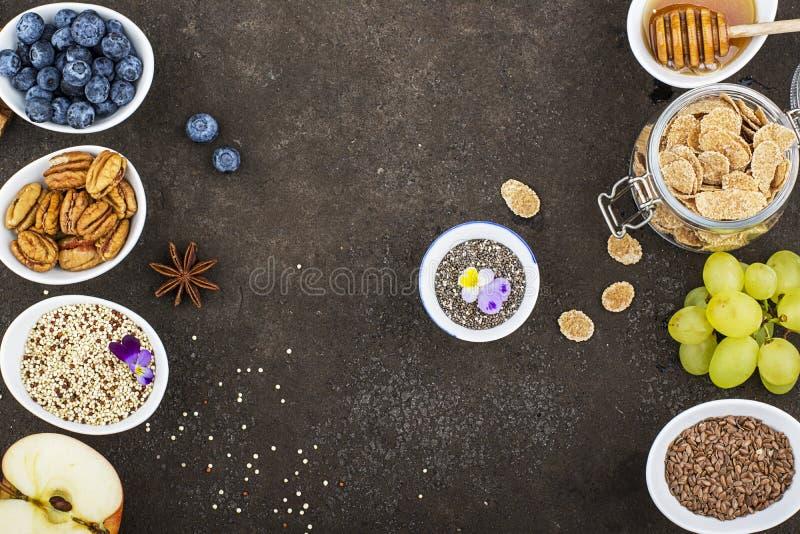 Bestandteile zum ein gesundes Saisonherbstfrühstück: Äpfel, Trauben, Pekannuss, chia Samen, Quinoa, Leinsamen, Honig stockbilder