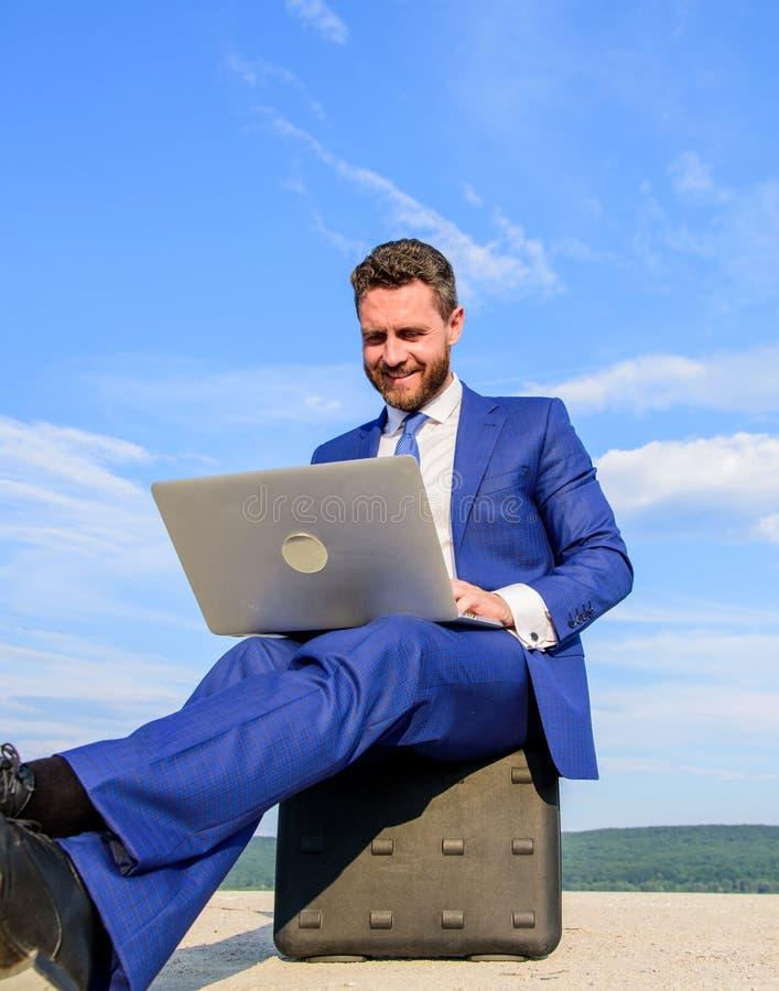 Beste bedrijfslaptops Laptop onontbeerlijke attributen moderne zakenman De zakenman met notitieboekje zit aktentasblauw stock foto