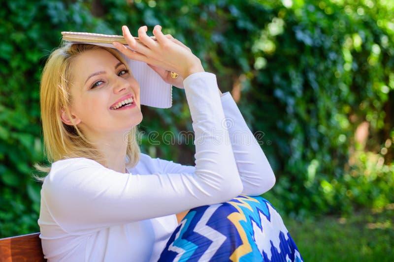Beste boek ooit Dromerige gelezen boek van de dame het mooie boekenwurm in openlucht zonnige dag Vrouw dromerig het glimlachen le stock fotografie