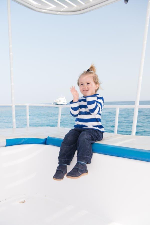 Beste cruises voor jonge geitjes De peuter reizende overzeese van de jong geitjejongen cruise Het kind in gestreept overhemd kijk stock foto's
