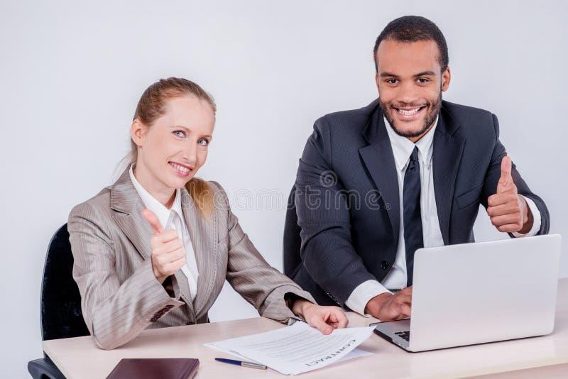 Beste dag aan het werk samen Glimlachende zakenman twee die ea bekijken stock fotografie
