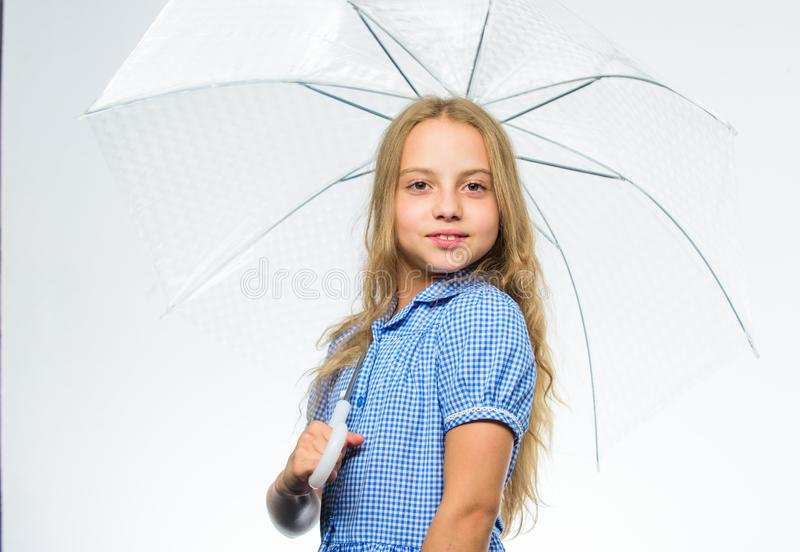 Beste dalings bijkomend concept Klaar meisjes het kind ontmoet dalingsweer met transparante paraplu witte achtergrond Geniet van  royalty-vrije stock foto
