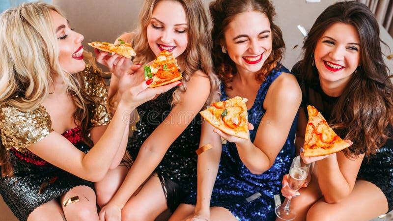 Beste Freunde des Mädchenparteitreffpunktpizzaspaßes stockbilder