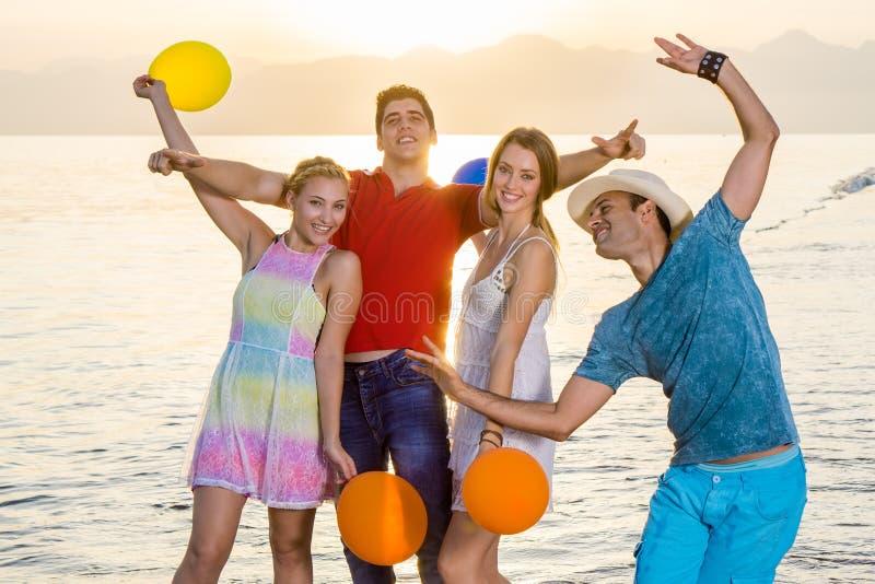 Beste Freunde, die an der Strand-Seite genießen lizenzfreies stockbild