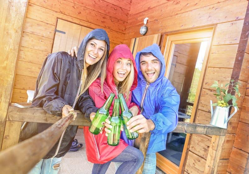 Beste Freunde, die gekipptes selfie an kampierendem Bungalowhaus nehmen lizenzfreie stockfotografie
