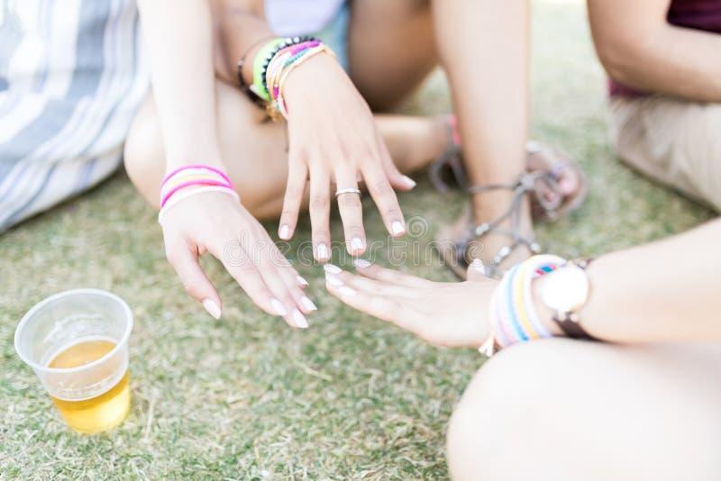 Beste Freunde, die gemalte Fingernägel zusammenbringen stockbild
