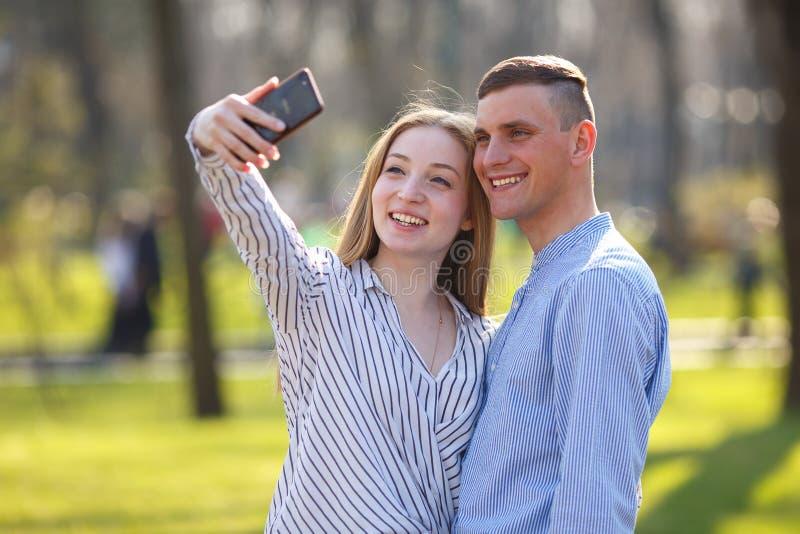 Beste Freunde haben Spaß und machen Fotos beim zusammen gehen lizenzfreies stockfoto