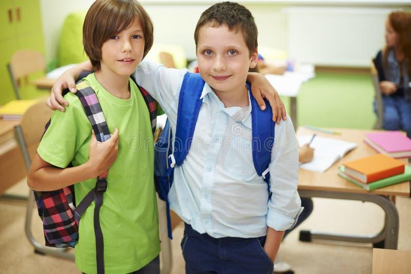 Beste Freunde im Klassenzimmer stockfotografie