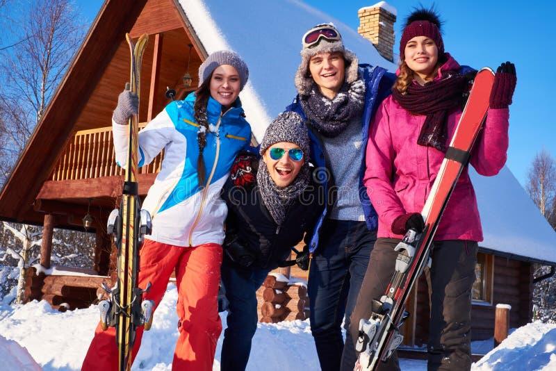 Beste Freunde verbringen Winterurlaube am Gebirgshäuschen lizenzfreie stockfotos