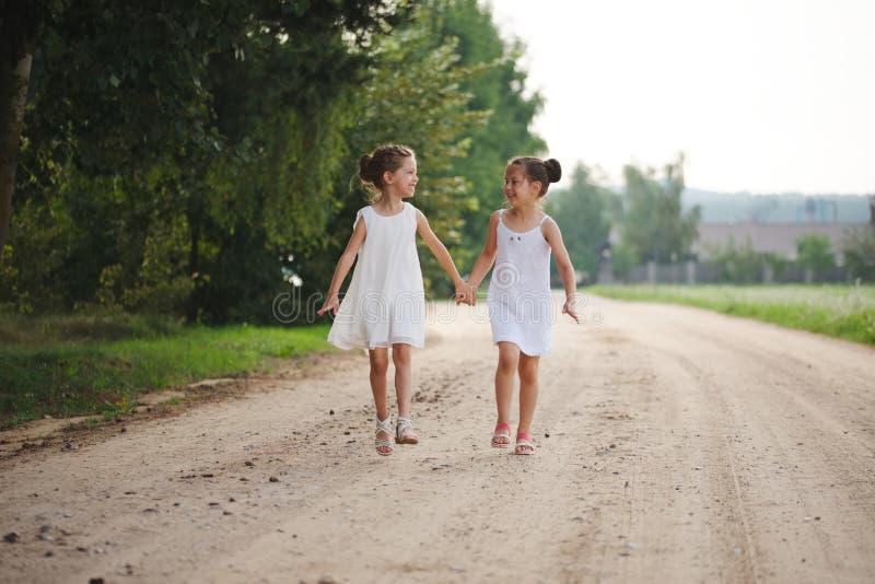 Beste gelukkige vrienden die in de zomerpark spelen royalty-vrije stock foto's