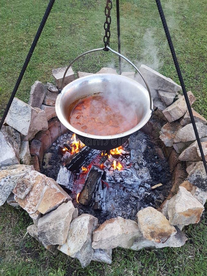 Beste Hongaarse die Goelasjsoep in Ketel wordt gekookt royalty-vrije stock afbeeldingen