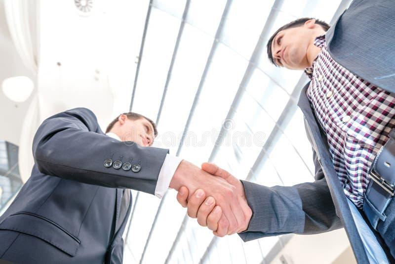 Beste hoogste overeenkomst! Jonge zakenman twee die zich tegenover elke othe bevinden stock foto