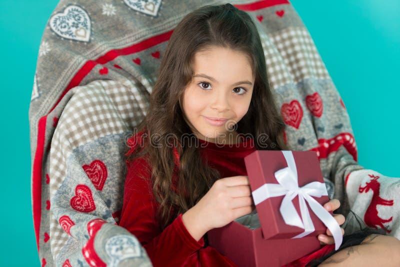 Beste speelgoed en Kerstmisgiften voor jonge geitjes De doos van de de greepgift van het jong geitjemeisje Kind opgewekte uitpakk royalty-vrije stock afbeeldingen