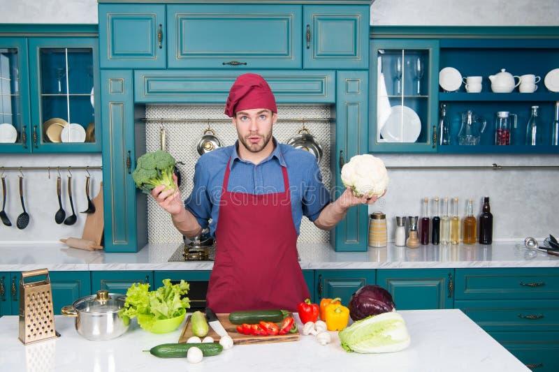 Beste voedsel Gezonde voeding Vegetarisch recept Vegan chef in de keuken Diëten en biologisch voedsel Gekookte mankok Chef man stock foto's