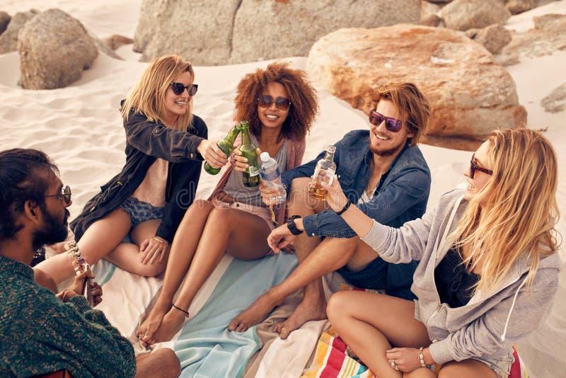 Beste vrienden die bier drinken bij het strand royalty-vrije stock foto