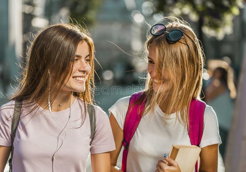 Beste Vrienden die gelukkig lopen stock fotografie