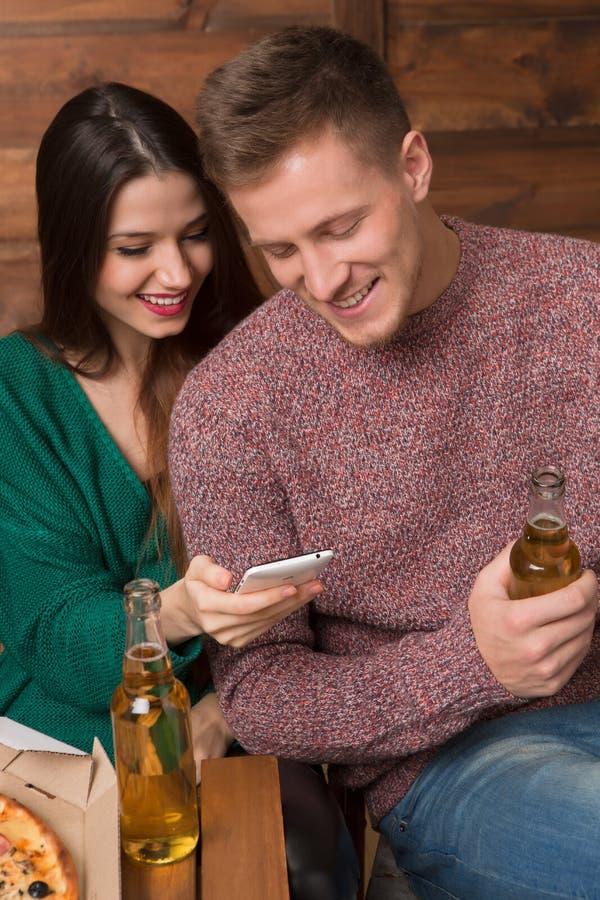 Beste vrienden die photoes op de mobiele telefoon kijken royalty-vrije stock afbeeldingen