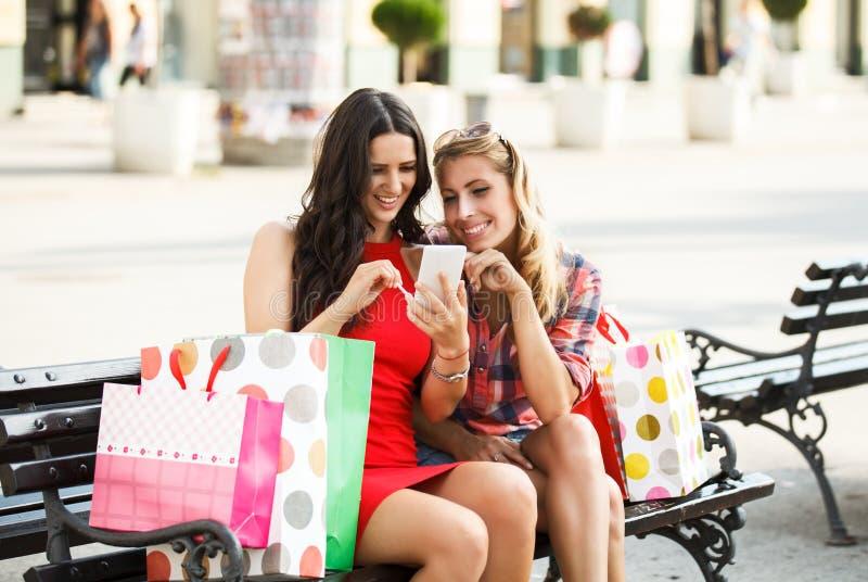 Beste Vrienden in het Winkelen stock foto